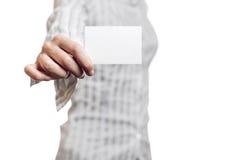 Affärskvinna som rymmer det tomma kortet Royaltyfri Foto