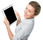 Affärskvinna som rymmer en minnestavladator och visar den svarta skärmen på vit bakgrund royaltyfri bild