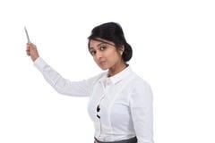 Affärskvinna som rymmer en penna Arkivfoto