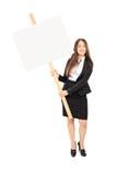 Affärskvinna som rymmer en tom skylt Fotografering för Bildbyråer