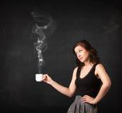Affärskvinna som rymmer en vit ångande kopp Fotografering för Bildbyråer