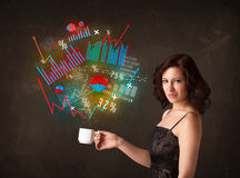 Affärskvinna som rymmer en vit kopp med diagram och grafer Royaltyfri Bild