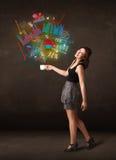 Affärskvinna som rymmer en vit kopp med diagram och grafer Royaltyfria Foton