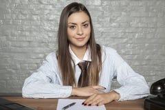 Affärskvinna som rymmer ett avtal till tecknet, dröm- jobb royaltyfria foton