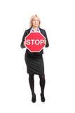 Affärskvinna som rymmer ett stopptecken Royaltyfri Bild