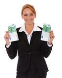 Affärskvinna som rymmer euro 200 Fotografering för Bildbyråer