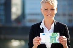 Affärskvinna som rymmer euro 100 Arkivbilder