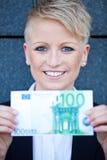 Affärskvinna som rymmer euro 100 Royaltyfri Foto