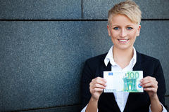 Affärskvinna som rymmer euro 100 Arkivfoton