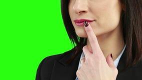 Affärskvinna som sätter hennes finger på hennes kanter stock video