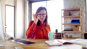 Affärskvinna som sätter på glassses arkivfilmer