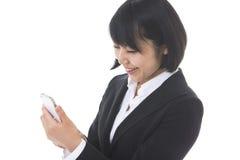 Affärskvinna som ser en smartphone Royaltyfri Foto