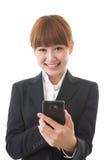 Affärskvinna som ser en smartphone Royaltyfria Foton