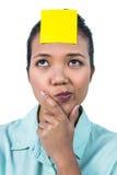 Affärskvinna som ser signen på hennes panna Royaltyfri Foto