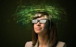 Affärskvinna som ser tekniskt avancerade nummerberäkningar Arkivbild