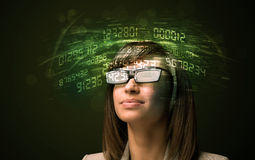 Affärskvinna som ser tekniskt avancerade nummerberäkningar Arkivfoton
