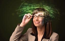 Affärskvinna som ser tekniskt avancerade nummerberäkningar Arkivfoto