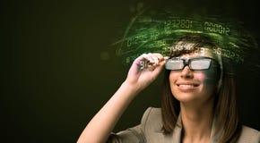 Affärskvinna som ser tekniskt avancerade nummerberäkningar Royaltyfri Bild
