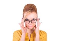 Affärskvinna som ser till och med exponeringsglas Arkivbild