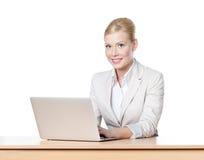 Affärskvinna som sitter med bärbar dator Royaltyfri Bild