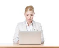 Affärskvinna som sitter med bärbar dator Royaltyfria Bilder