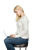Affärskvinna som sitter på en hög stol och arbeten Royaltyfria Bilder