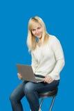 Affärskvinna som sitter på en hög stol och arbeten Arkivbild