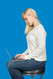 Affärskvinna som sitter på en hög stol och arbeten Arkivfoto