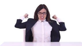 Affärskvinna som sitter på en tabell på arbete och att skrika Svänger hans armar Hon bär exponeringsglas arkivfilmer