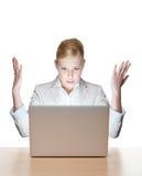 Affärskvinna som sitter på en tabell med bärbar dator Arkivbild