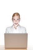 Affärskvinna som sitter på ett kontorsskrivbord Royaltyfri Bild