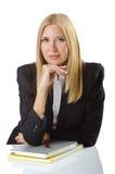 Affärskvinna som sitter på skrivbordet Royaltyfri Foto