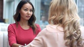 Affärskvinna som skakar händer, fulländande övre ett möte Fotografering för Bildbyråer