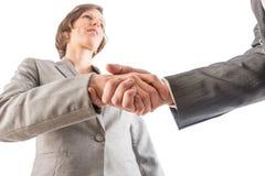 Affärskvinna som skakar händer med en affärsman, som de förseglar en de Arkivbild