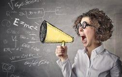 Affärskvinna som skriker med en megafon Arkivfoto