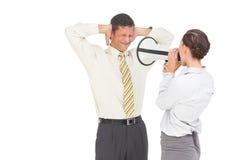 Affärskvinna som skriker på affärsmannen med megafonen Arkivfoton