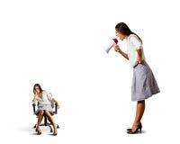 Affärskvinna som skriker på den lata kvinnan Arkivbild