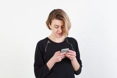 Affärskvinna som smsar på hennes isolerade mobiltelefon Royaltyfria Foton