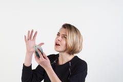 Affärskvinna som smsar på hennes isolerade mobiltelefon Arkivbilder
