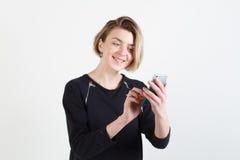 Affärskvinna som smsar på hennes isolerade mobiltelefon Arkivfoton