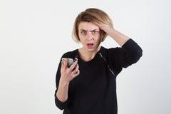 Affärskvinna som smsar på hennes isolerade mobiltelefon Arkivfoto