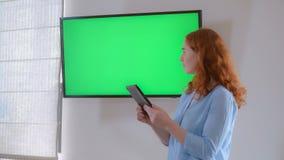 Affärskvinna som står nära den gröna skärmen royaltyfri foto