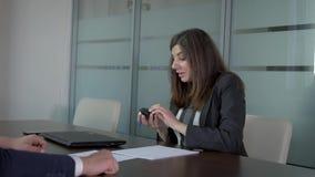 Affärskvinna som summing upp möte av partnern och av farvälhandskakningen lager videofilmer