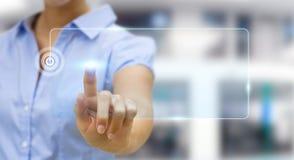 Affärskvinna som surfar på internet med den digitala känsel- manöverenheten Arkivbild