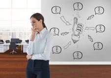 Affärskvinna som tänker i ett rum 3D med ett begreppsmässigt diagram på väggen Arkivfoto