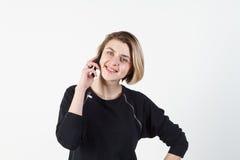 Affärskvinna som talar på den mycket emotionella telefonen Hon ler, retar upp, agression som missförstås, övergrepp På en vit Fotografering för Bildbyråer