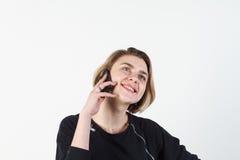 Affärskvinna som talar på den mycket emotionella telefonen Hon ler, retar upp, agression som missförstås, övergrepp På en vit Arkivfoton