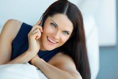 Affärskvinna som talar på hennes mobiltelefon på kontoret Affär Peop Arkivfoto