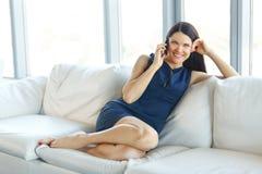 Affärskvinna som talar på hennes mobiltelefon på kontoret Affär Peop Royaltyfri Bild