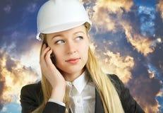 Affärskvinna som talar på mobiltelefonen Arkivbild